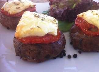 Συνταγή Ζουμερά Μπιφτέκια στο φούρνο (Μπιφτέκια με φέτα και ντομάτα)