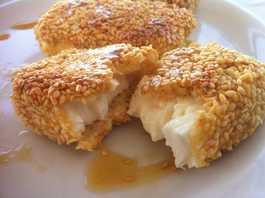 Φέτα πανέ με σουσάμι και μέλι συνταγή (Φέτα τηγανιτή)