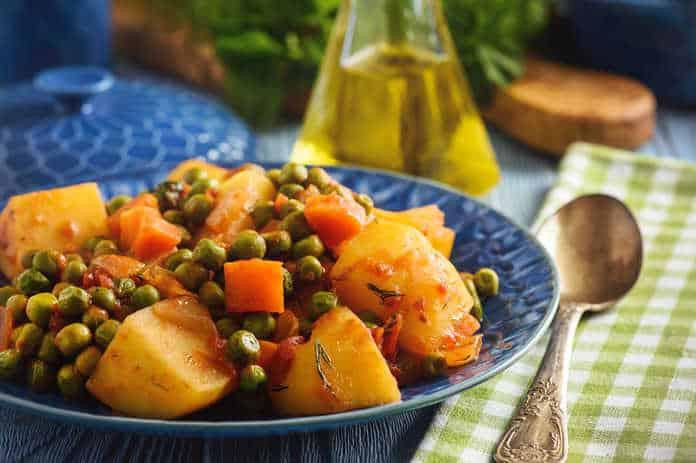 Αρακάς λαδερός κοκκινιστός με πατάτες συνταγή